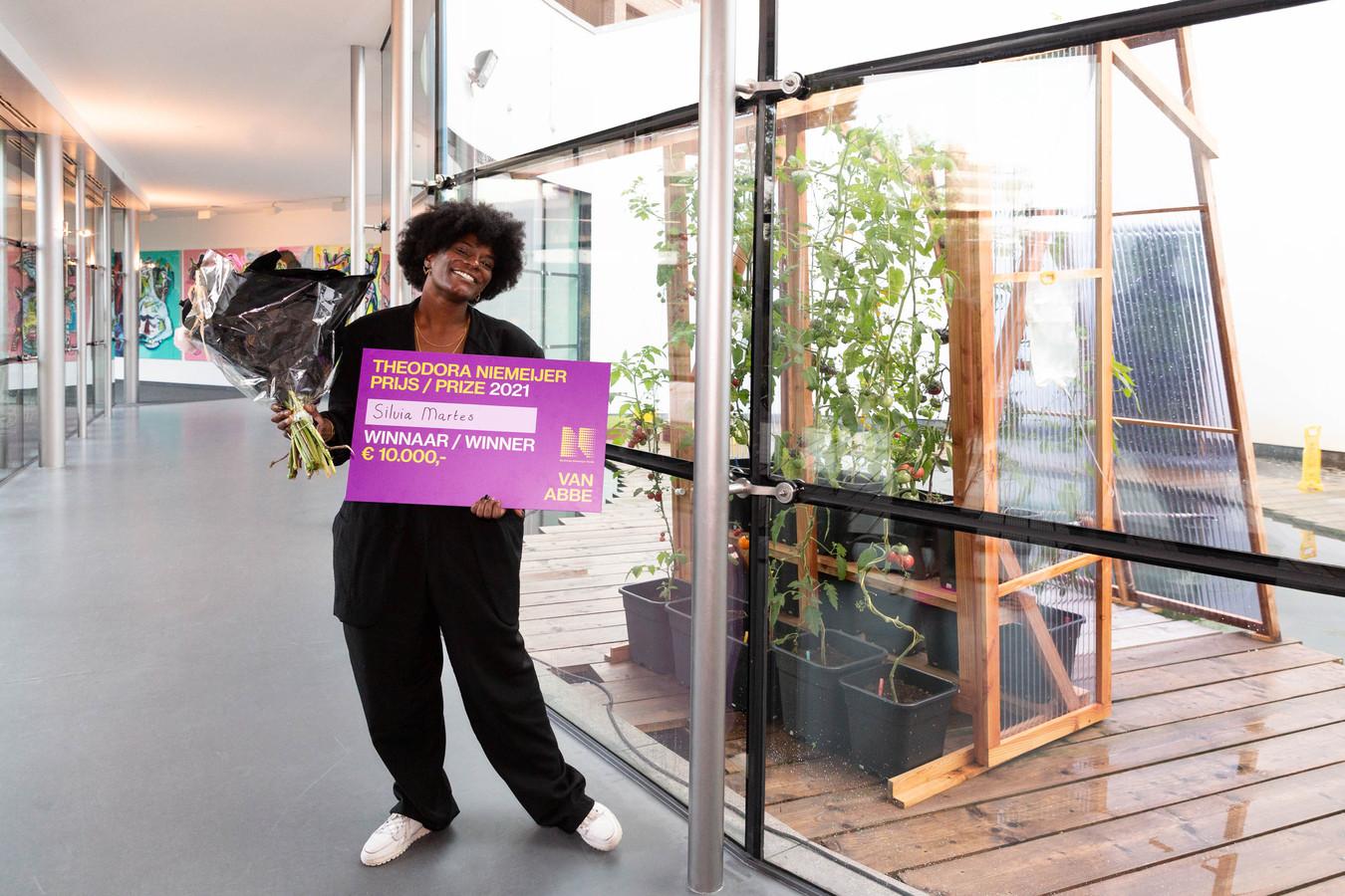 Kunstenares Silvia Martes met haar prijs in het Van Abbemuseum.