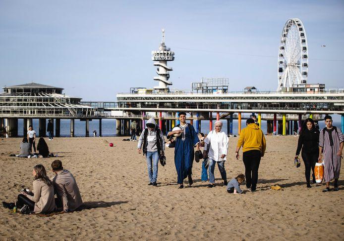 Drukte op het strand in Scheveningen vanwege het mooie weer.