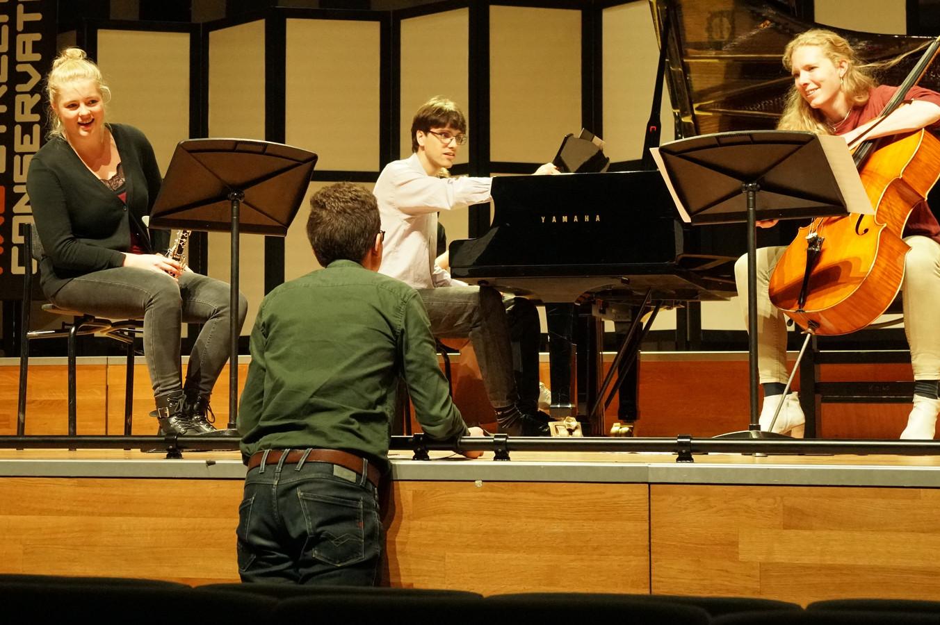 Maurick Reuser geeft aanwijzingen aan het Trio Chimaera voor de uitvoering van zijn compositie Memory Lane