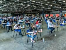 Honderden leerlingen zwoegen in Utrechtse Jaarbeurs boven hun eindexamens: 'Het ging heel slecht'