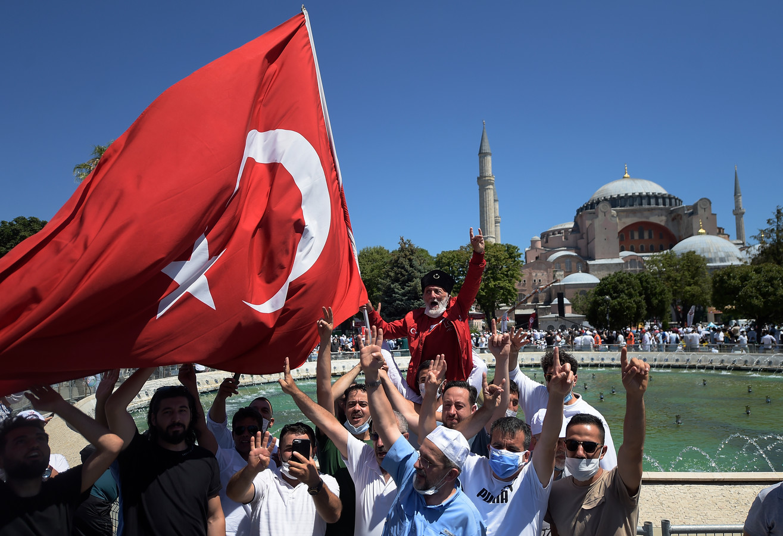 La transformation en mosquée le 10 juillet 2020 par les autorités turques de Sainte-Sophie, jusqu'alors un musée, avait déclenché une vague d'indignation internationale et aggravé les tensions entre la Turquie et la Grèce.