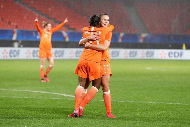 Lieke Martens viert haar doelpunt samen met Lineth Beerensteyn tijdens de wedstrijd tussen Frankrijk en Nederland.  Beeld Getty Images