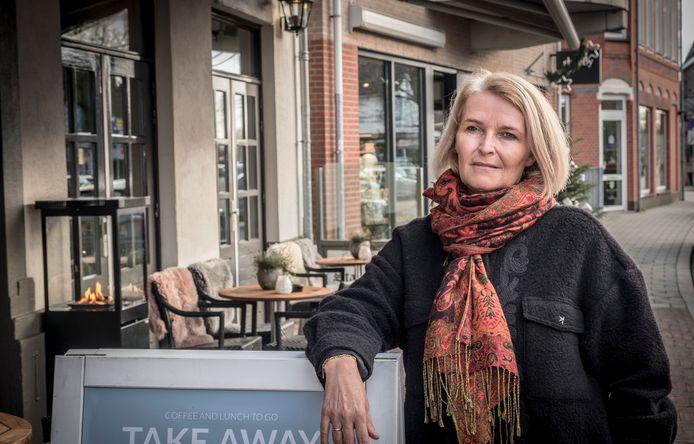 Saskia Pennings op het terras van de Stadsherberg in Gennep waar ze op 3 juni van dit jaar ernstig gewond raakte doordat er iemand met een auto het terras opreed.