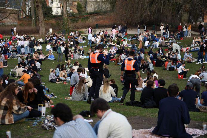 Het stadspark van Leuven zit opnieuw vol groepjes jongeren. Ze worden aangesproken door de politie