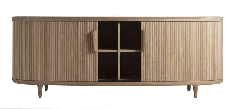 De houten luikjes van dressoir 'Amberley' schuift u horizontaal het ronde hoekje om. Keuze uit walnoot- of eikenhout. 200 cm breed, vanaf €5.189. revised.com Beeld