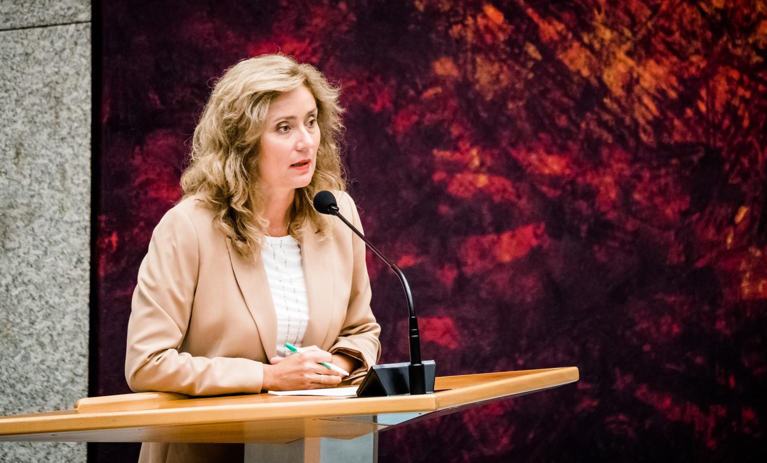 Vera Bergkamp (D66) tijdens het Tweede Kamerdebat over fouten bij het onderzoek naar afstand en adoptie in Nederland op de laatste dag voor het zomerreces.
