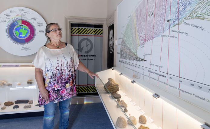 Jokes Reijgersberg laat de vernieuwde geologiezaal zien. In de tijdmachine kunnen bezoekers door de ontstaansgeschiedenis van de planeet reizen.