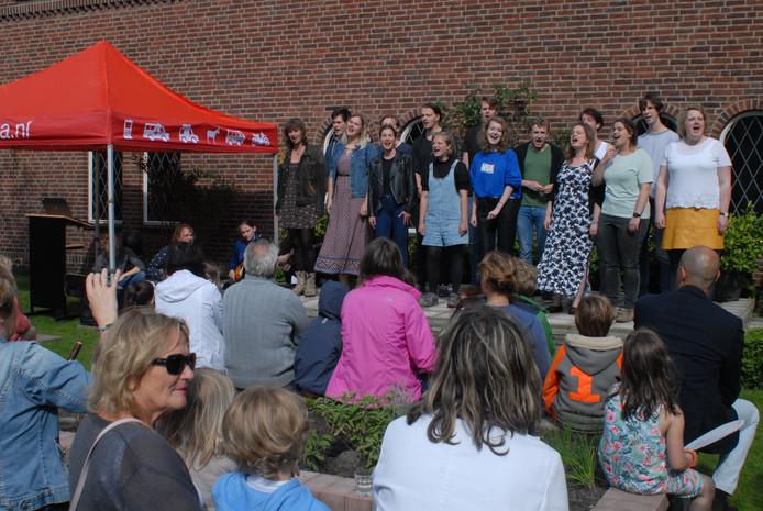 Studenten aan de Koningstheateracademie hadden speciaal voor deze gelegenheid een lied ingestudeerd