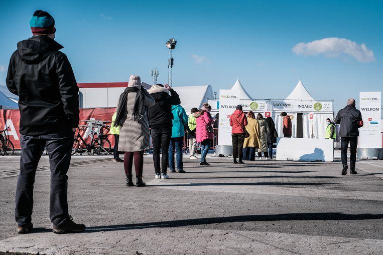 Aanschuiven bij een vaccinatiecentrum in Antwerpen. Beeld Bob Van Mol