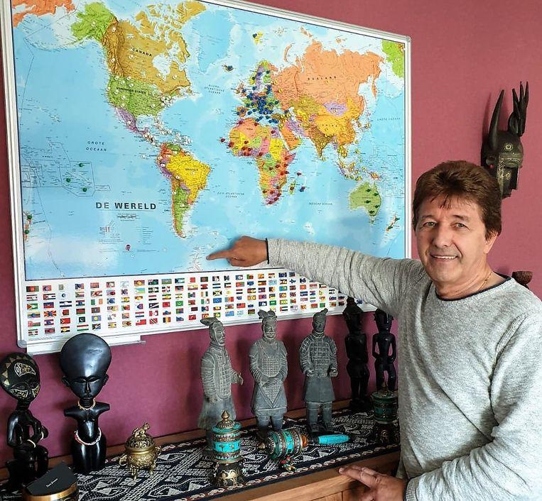 Aimé duidt de plaatsen die hij al bezocht aan op de wereldkaart en dat zijn er al heel wat intussen.