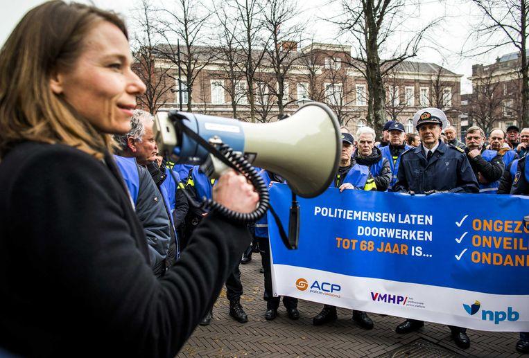 Politiemedewerkers onderweg naar het Binnenhof in 2018 waar ze een burgerinitiatief aanbieden waarin ze aandacht vragen voor het pensioen.  Beeld ANP