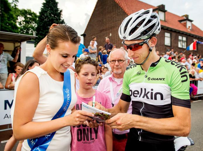 De jonge Philip Heijnen krijgt in 2013 met hulp van de rondemiss een handtekening van Bauke Mollema.