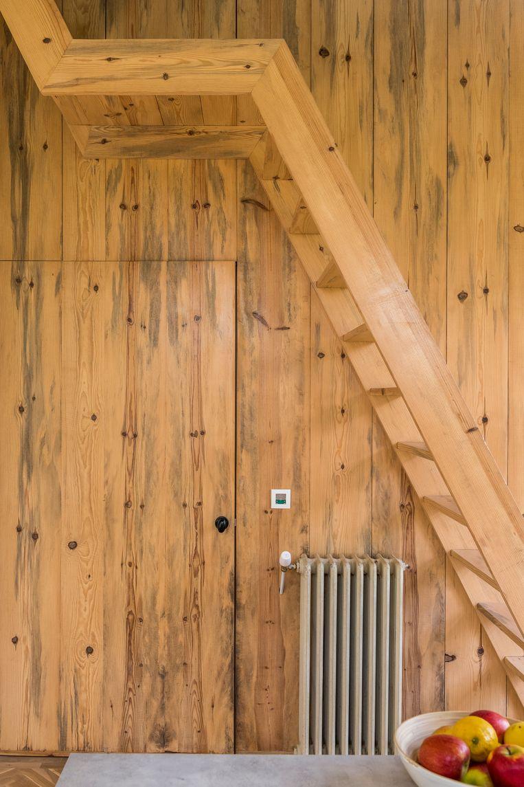 Stefanie's vader deed al het schrijnwerk en bouwde ook de trap. Beeld Luc Roymans