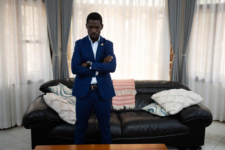 Oppositieleider Bobi Wine in zijn omsingelde huis in een buitenwijk van de Oegandese hoofdstad Kampala. Beeld Getty