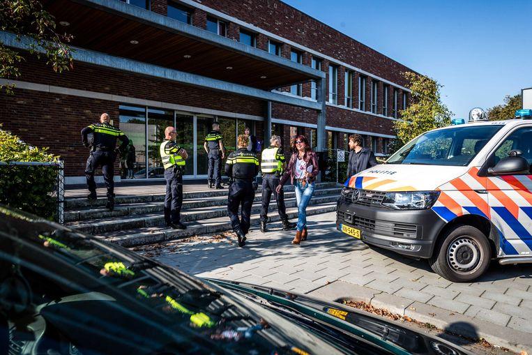 De politie doet onderzoek bij het Kennis- en Expertisecentrum (KEC) op de Donderberg. Er is een scholier aangehouden. Op de school zijn geen slachtoffers gevallen.  Beeld ANP