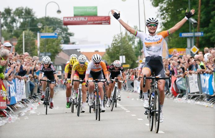 Marianne Vos triomfeert in Chaam, voor Anna van der Breggen en Thalita de Jong.