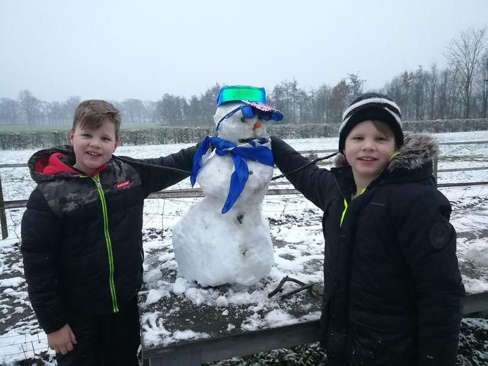 In Markelo ligt er nog genoeg sneeuw voor een sneeuwpop.