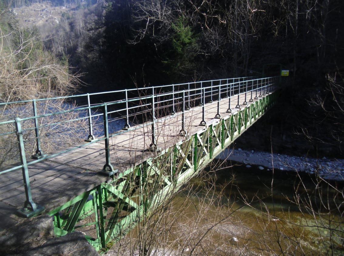 De loopbrug over de rivier de Sill in de kloof bij Innsbruck.