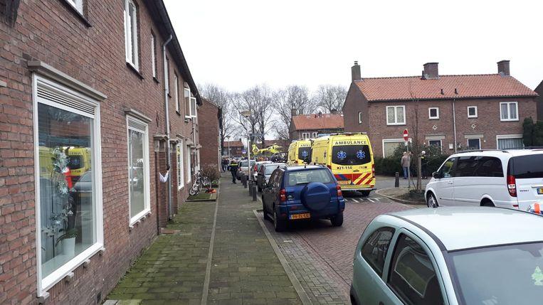 Hulpdiensten in de straat waar de steekpartij zich afspeelde. Op de achtergrond is ook de traumahelikopter te zien.