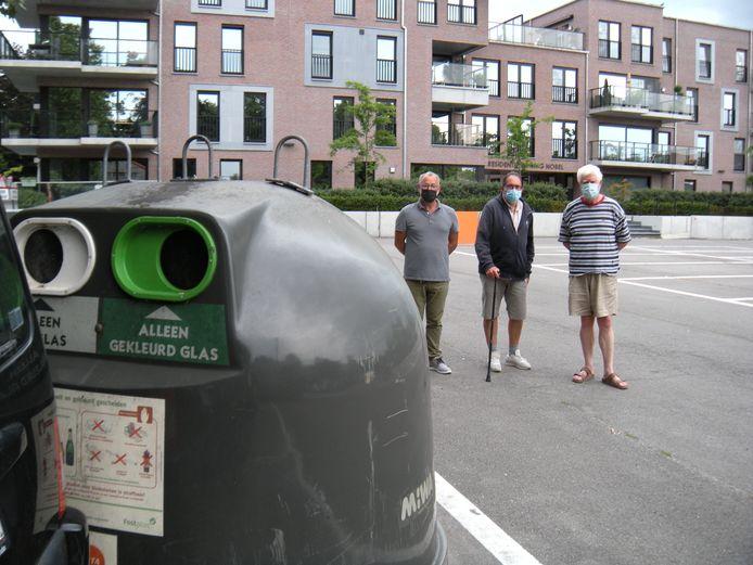 Patric Gorrebeeck met enkele buurtbewoners aan de bovengrondse afvalcontainers.