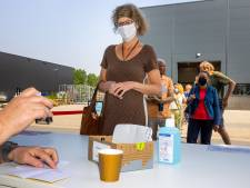 Een stempel in het gele boekje in Waalwijk: 'Hebben is hebben'