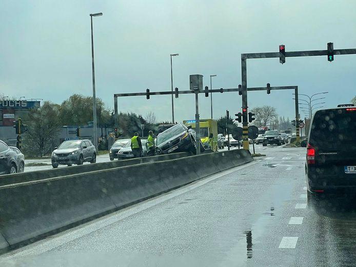 Ongeval kruispunt A12 - Londerzeel. Auto rijdt op middenberm.