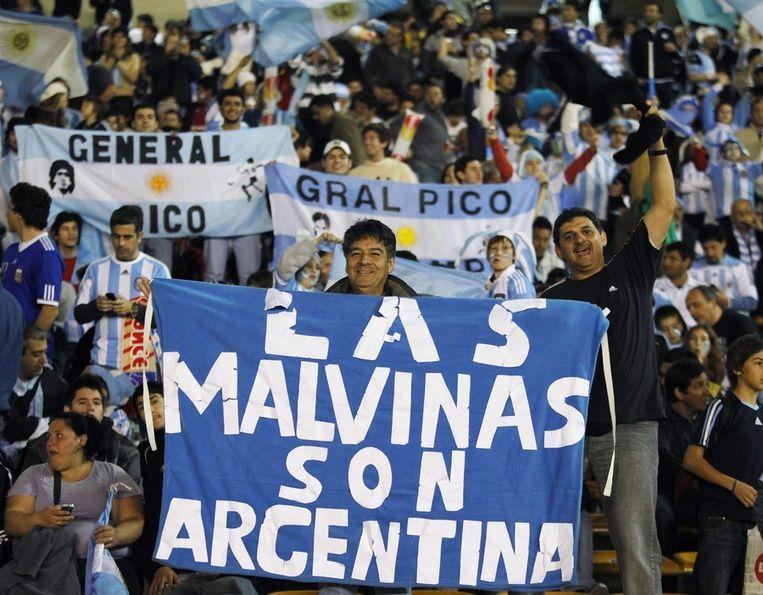 Argentijnse voetbalsupporters bij een wedstrijd van de Copa America in juli van dit jaar. Op het spandoek: 'Las Malvinas (de Falklands zijn van Argentinië). © EPA Beeld