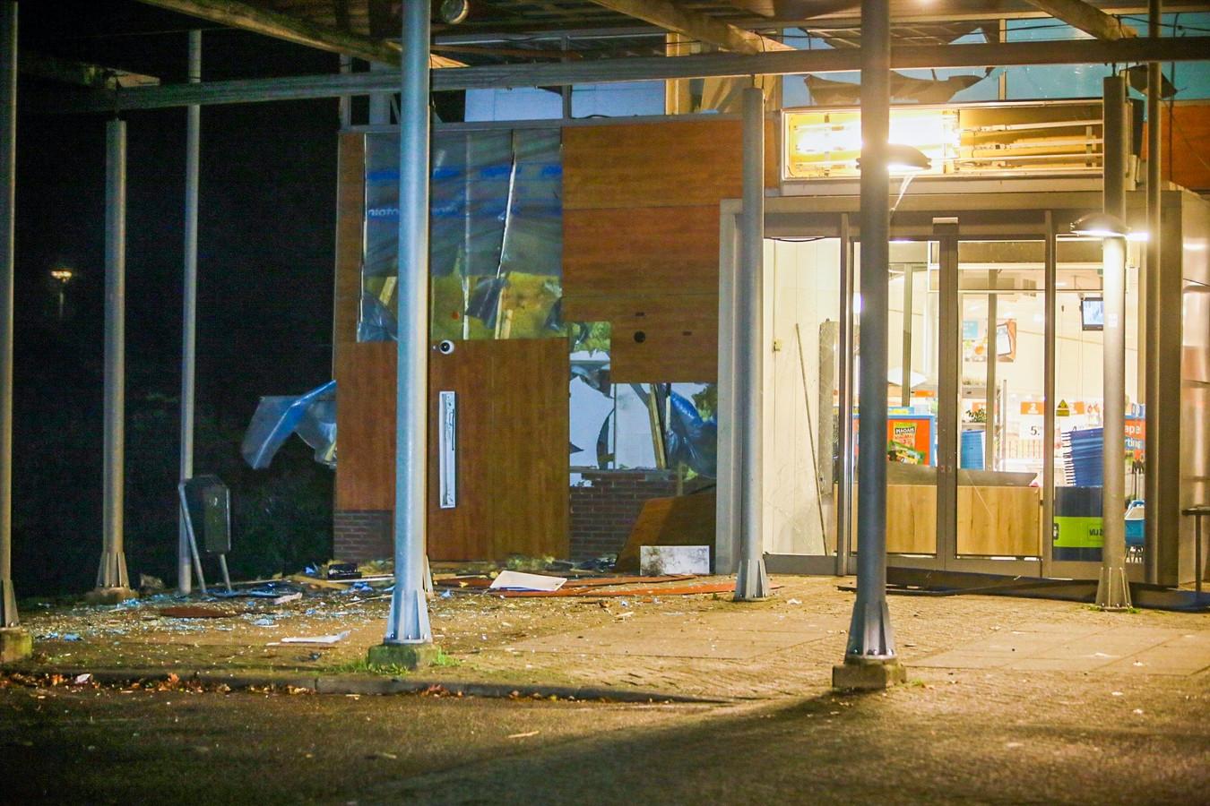De schade na de plofkraak van de geldautomaat bij Albert Heijn in de Helmondse wijk Dierdonk.