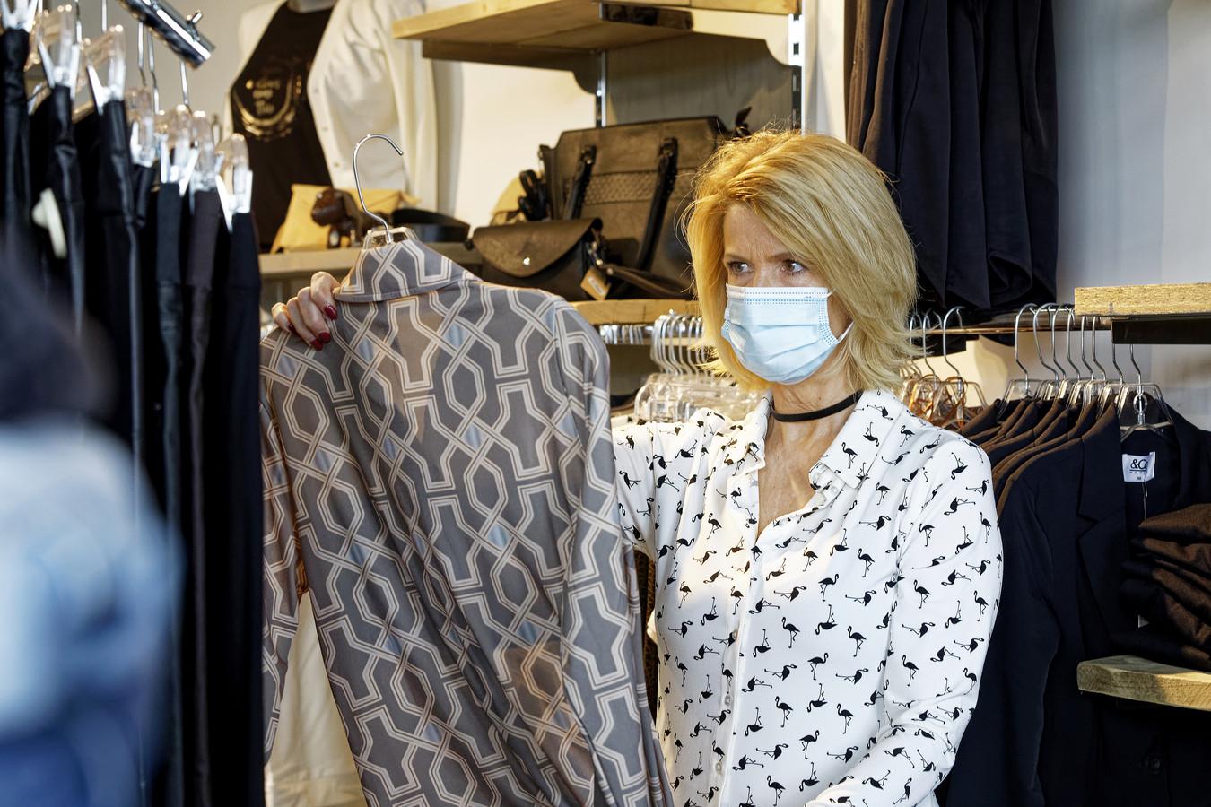 Bea van Thiel is een van de eerste klanten bij kledingzaak No Limit in Sint-Michielsgestel met een tijdslot van een uur. Veel passen, kijken en kopen. Want geld moet rollen, lacht Van Thiel.