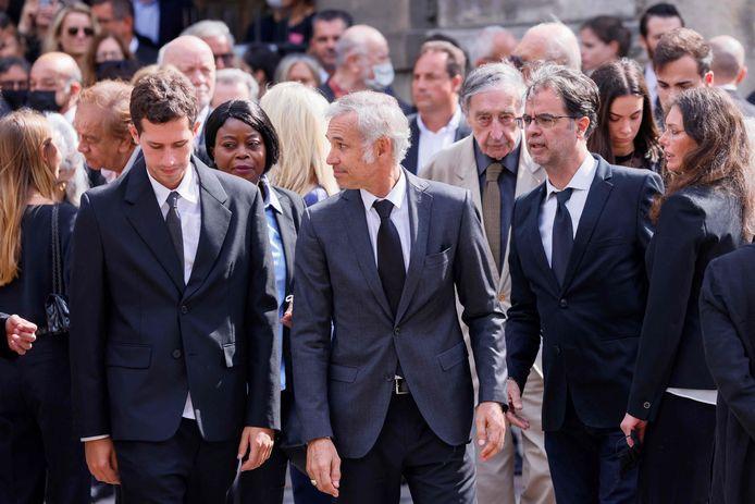 Paul Belmondo (C), de zoon van de acteur, verlaat de kerk na de dienst.