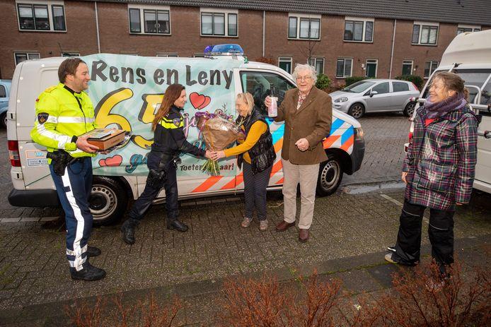 Agenten Maarten en Nathalie van Mierlo (linkerkant) feliciteren Nathalie's opa en oma Rens en Leny Keers met hun 65-jarig huwelijk. Rechts staat hun dochter Petra.