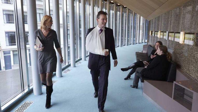 Halbe Zijlstra voor aanvang van het vragenuurtje in de Tweede Kamer. De VVD-fractievoorzitter heeft tijdens zijn wintersportvakantie zijn duim gebroken. Beeld null