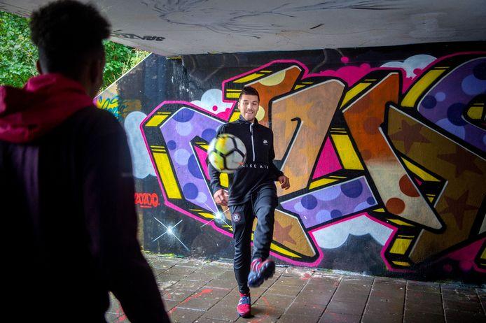 Joël Piroe trapt een balletje met een vriend in een fietstunneltje onder de Randweg Noord in Wijchen.