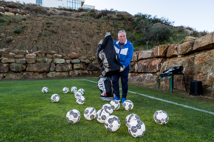 Zijn alle ballen er? Materiaalman Arnold Meijer laat ook in Spanje niets aan het toeval over.