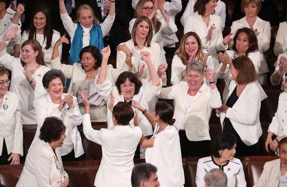 Democratische vrouwelijke Congresleden juichen wanneer Trump erkent dat er nooit meer vrouwen dan nu in het Congres hebben gezeten. Ze zijn in het wit gekleed als eerbetoon aan de Amerikaanse suffragettes, die in het begin van de twintigste actie voerden voor vrouwenstemrecht, dat in 1919 werd ingevoerd.