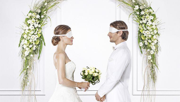 De deelnemers aan 'Blind getrouwd' kennen elkaar niet en geven hun jawoord in het stadhuis bij hun eerste ontmoeting. Beeld © vtm