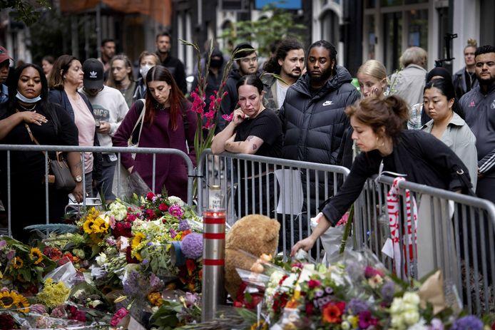 Bloemenzee voor Peter R. de Vries achter in de Lange Leidsedwarsstraat in het centrum. De misdaadverslaggever is overleden nadat hij in de straat was neergeschoten.