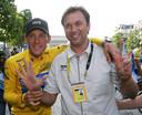 Johan Bruyneel (r) viert de zevende Tourzege van Lance Armstrong (l) op de Champs Elysees in Parijs.