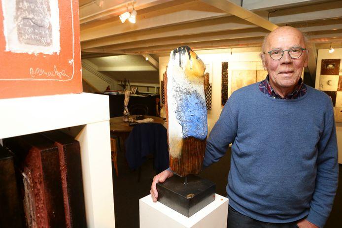 Ad de Jong in het atelier van zijn zeven jaar geleden echtgenote, de kunstenares Jeanne Beenackers. Komend weekeinde sluit hij het atelier met een vernissage.