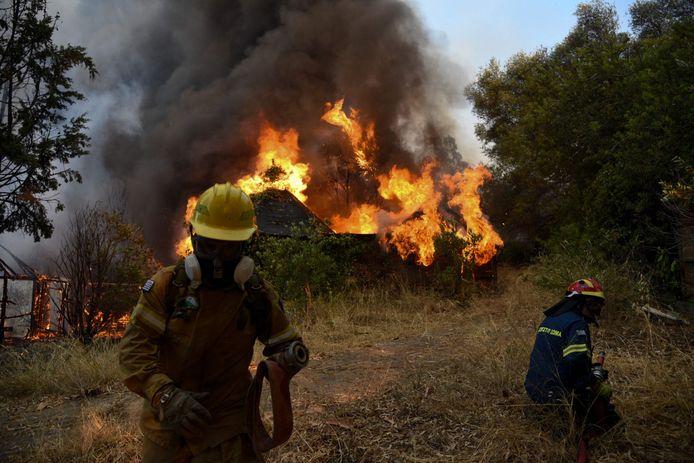 GRIEKENLAND Een brandweerman aan het werk in Labiri, vlak bij Patras, waar het vuur al tientallen huizen verwoestte.