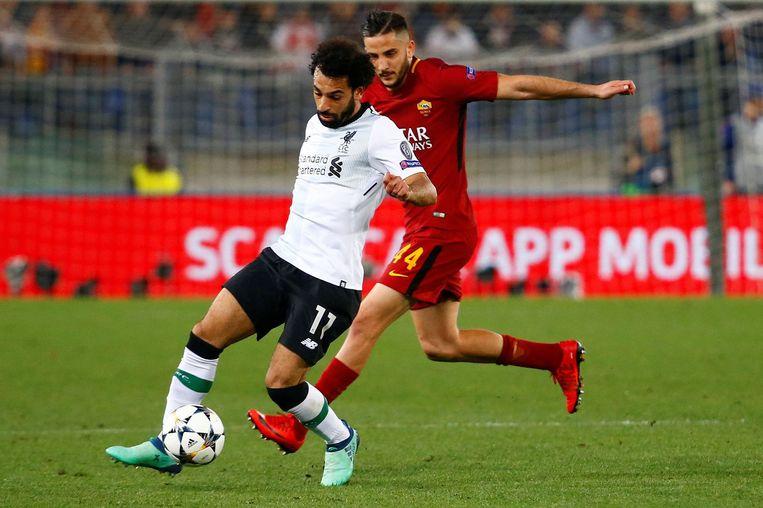 Mo Salah (l.) van Liverpool houdt Romaverdediger Konstantinos Manolas af. Beeld Photo News