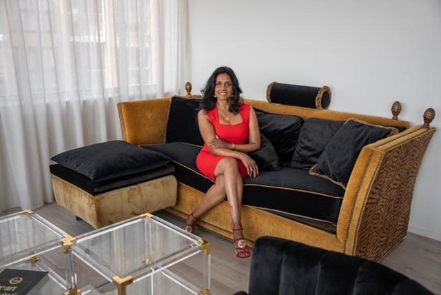 """Nazima (53) heeft van huis uit meegekregen spullen niet zomaar weg te gooien. ,,Het doet mij plezier iets te repareren, wetende dat ik de aarde niet extra vervuil."""""""