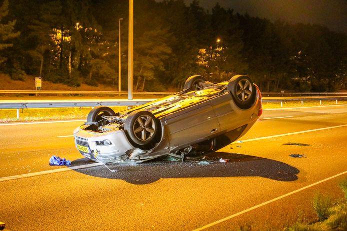 De auto raakte door het ongeval op zijn kop en schoof meterslang door op het asfalt.