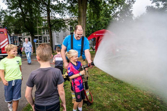 Zélf met een brandweerspuit mogen spuiten, één van de activiteiten tijdens Vijver Fever.