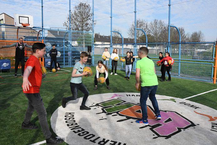 Leerlingen van groep 7A van de Brede Bossche School in de wijk De Haren komen aan hun trekken tijdens de clinic, gegeven door de sporticonen Henk Pieterse en Nasser el Jackson. De middenstip met bijbehorend logo is een creatie van de leerlingen zelf.