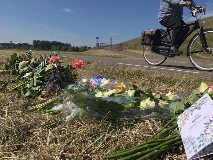 Op de plek waar de 17-jarige jongen dood is gevonden zijn bloemen gelegd.