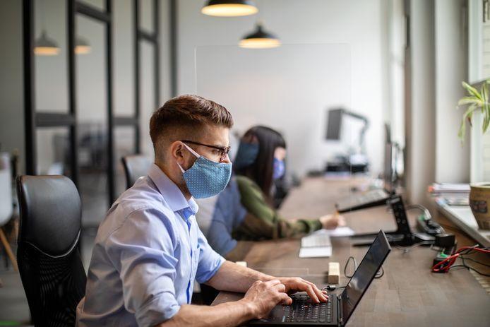 Mondmaskers moeten nu ook op kantoor gedragen worden, ook als werknemers voldoende afstand kunnen houden. Dat stelt de Risk Assesment Group (RAG) in een nieuw advies, dat binnenkort gepubliceerd zal worden.