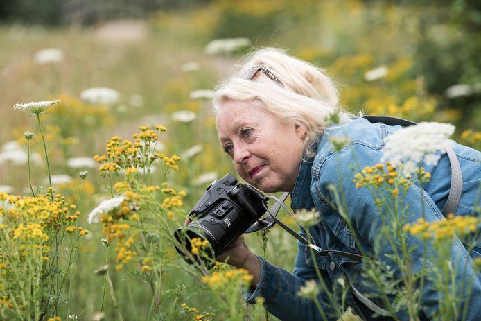 Maria van Essen neemt de tijd voor haar foto's, in Waterpark 't Genseler.