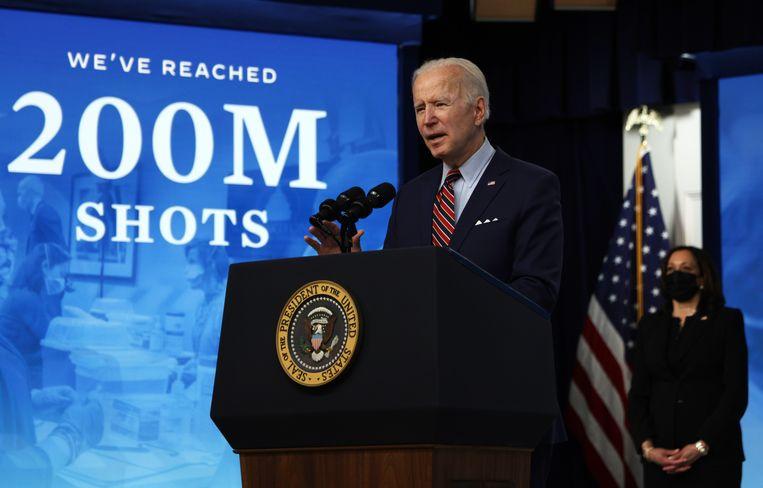 Joe Biden, die binnen zijn eerste honderd dagen kon zeggen dat er tweehonderd miljoen coronavaccinaties zijn gezet.  Beeld Getty Images