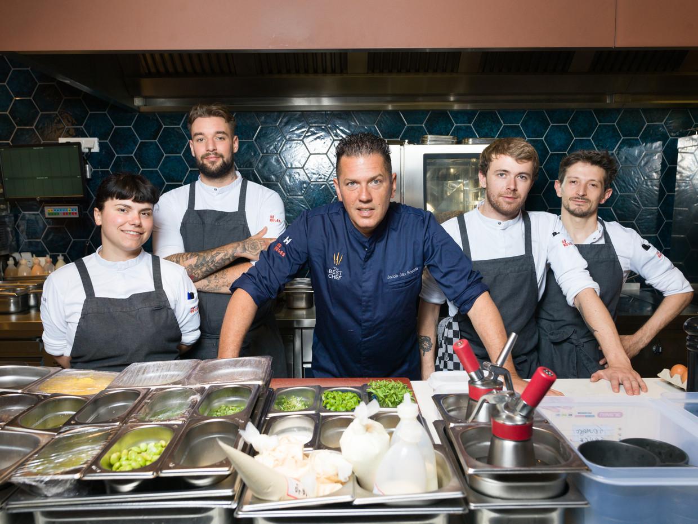 Chef-kok Jacob Jan Boerma met zijn team in pizzarestaurant No Rules in Amsterdam. Beeld Ivo van der Bent